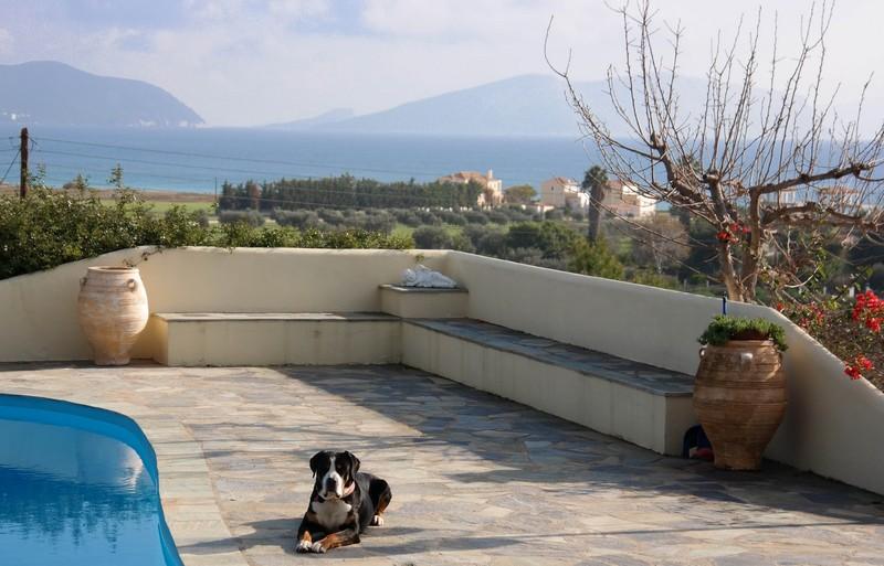 Jano auf seiner Terrasse bei Portocheli mit tollem Ausblick
