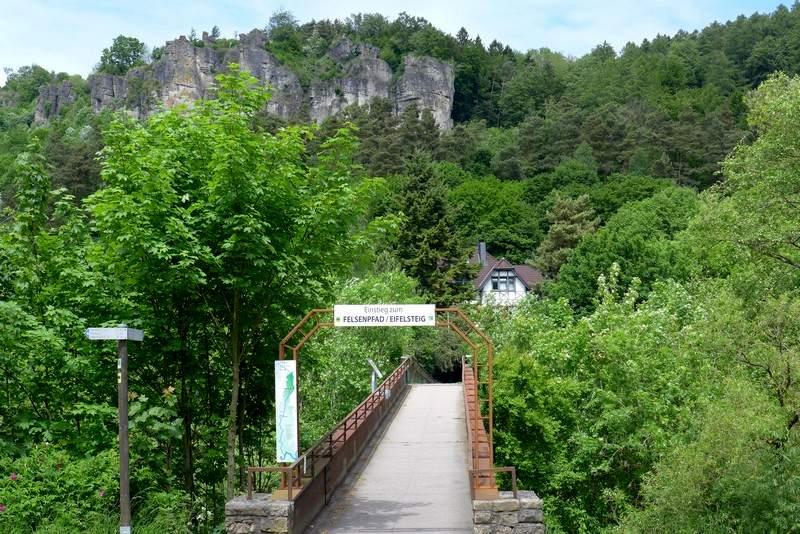Brücke über der Kyll - Beginn der Wanderung auf dem Gerolsteiner Felsenpfad
