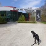 Mit Hund im Deutschen Fotomuseum im agra-Park bei Leipzig