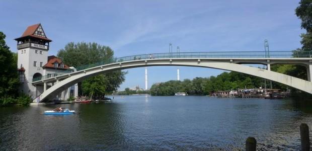 Brücke zur Insel im Treptower Park