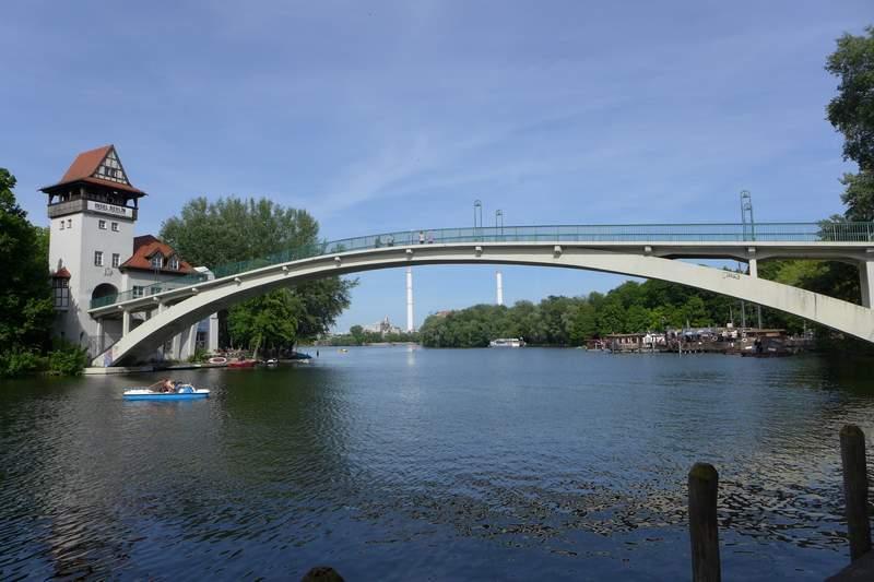 Brücke zur Insel im Sommer