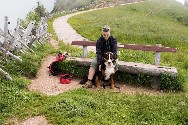 Yvonne und Paulchen machen Rast auf der Wanderung