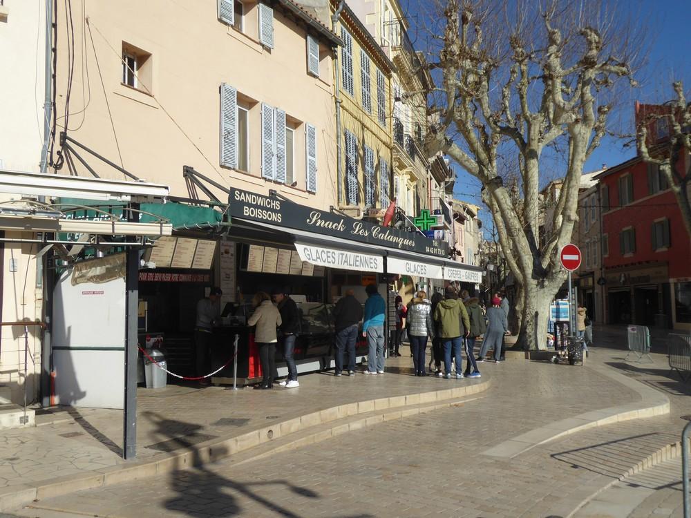 Viele Menschen vorm Eisladen im Februar