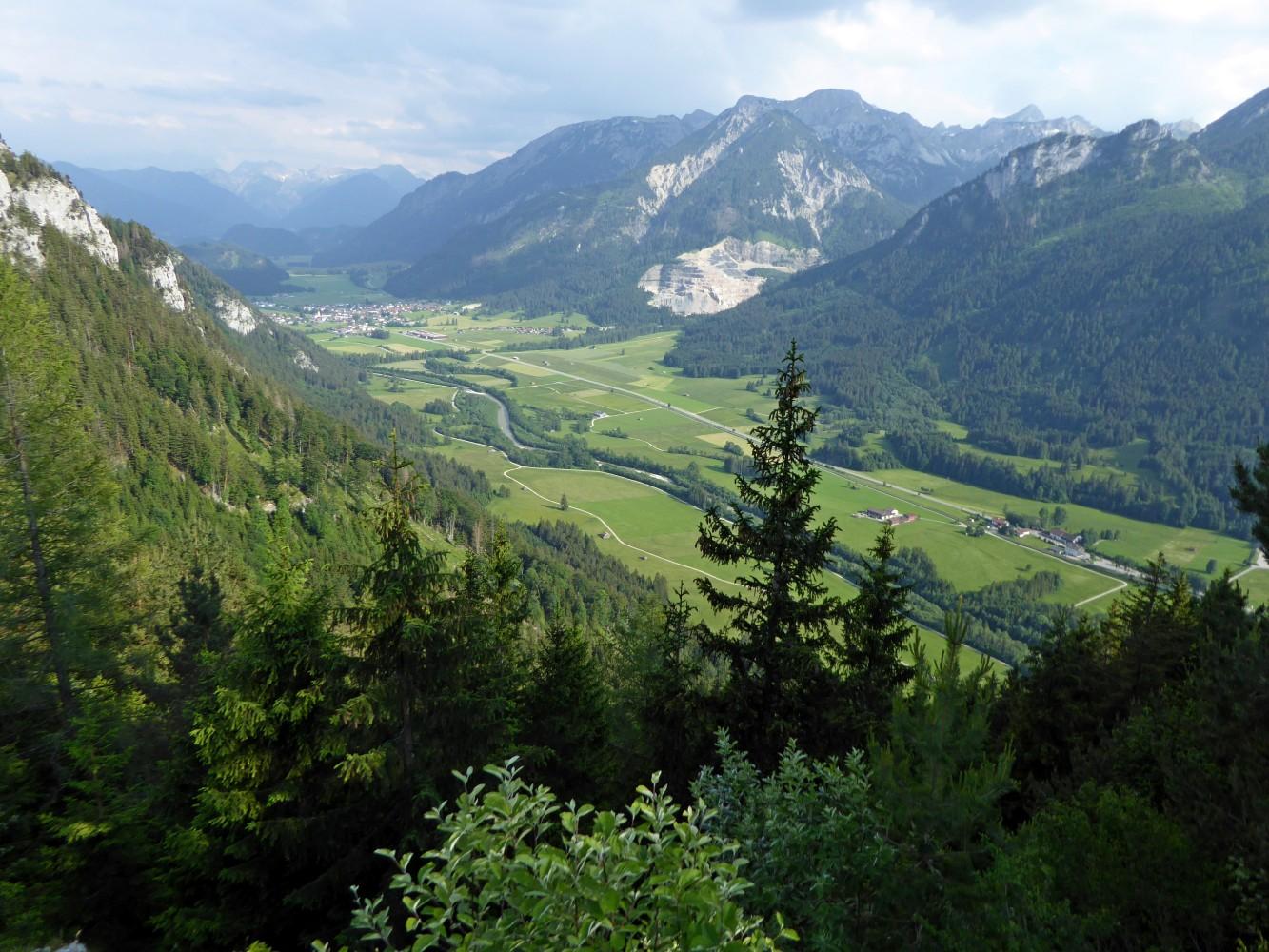 Blick ins Vilstal von Burgruine Falkenstein