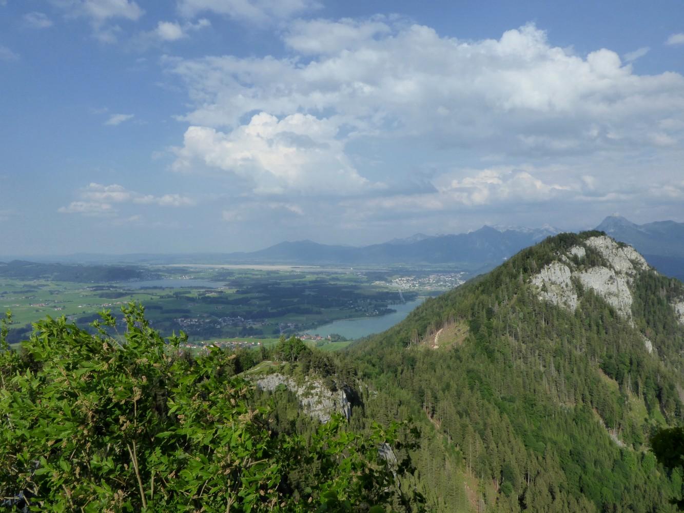 Blick nach Füssen und Weissensee und Hopfensee von Burgruine Falkenstein