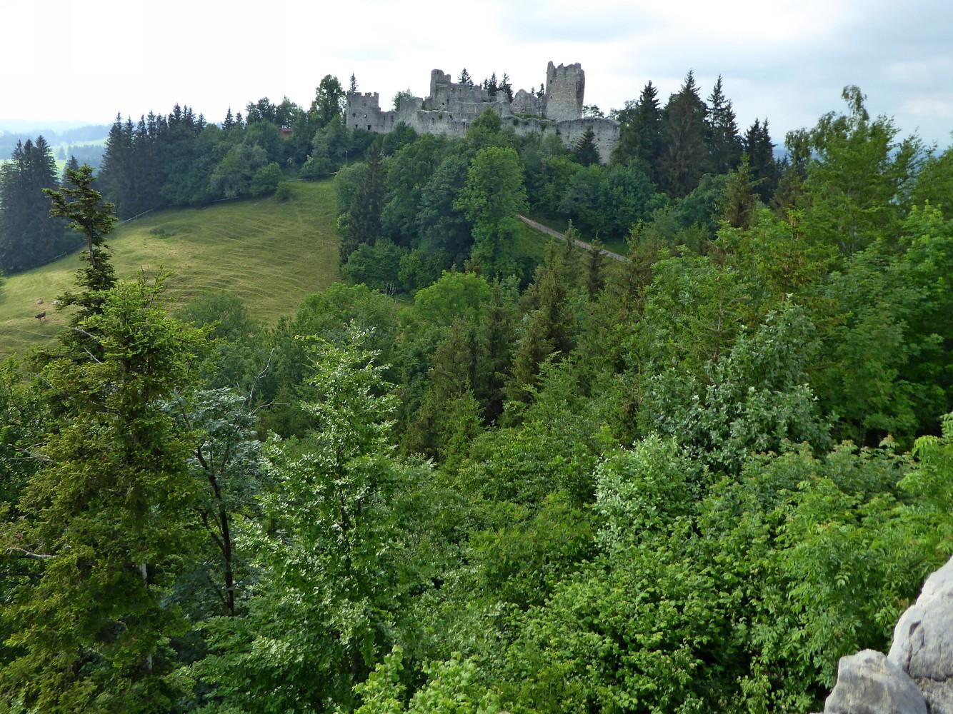 Blick auf Burgruine Hohenfreyberg von Burgruine Eisenberg aus